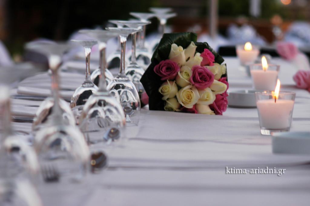 Η δεύτερη νυφική ανθοδέσμη δεσπόζει στο νυφικό τραπέζι