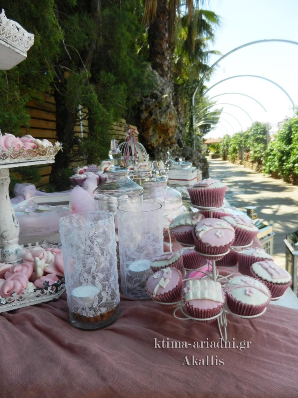 Το τραπέζι με το βιβλίο ευχών ήταν γεμάτο με γλυκά κεράσματα
