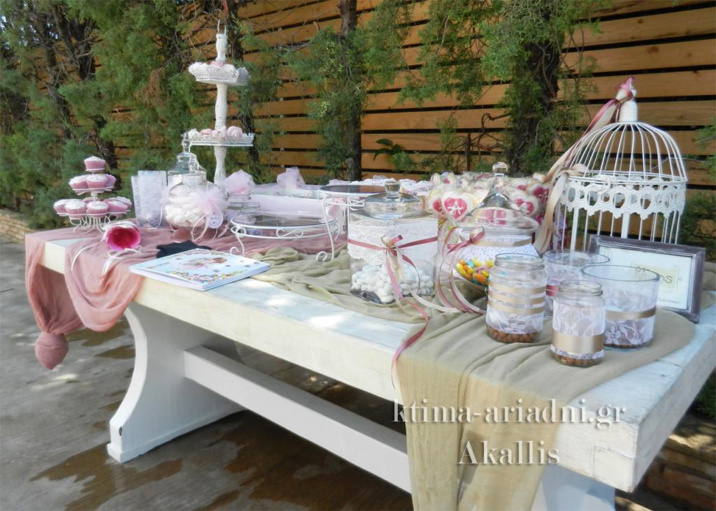 Ρομαντικό ύφος και κοριτσίστικες αποχρώσεις για το τραπέζι με το βιβλίο ευχών