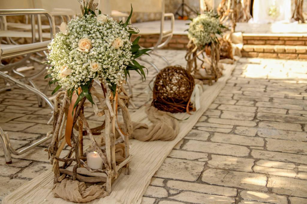 Λεπτομέρειες από τον στολισμένο διάδρομο της εκκλησίας