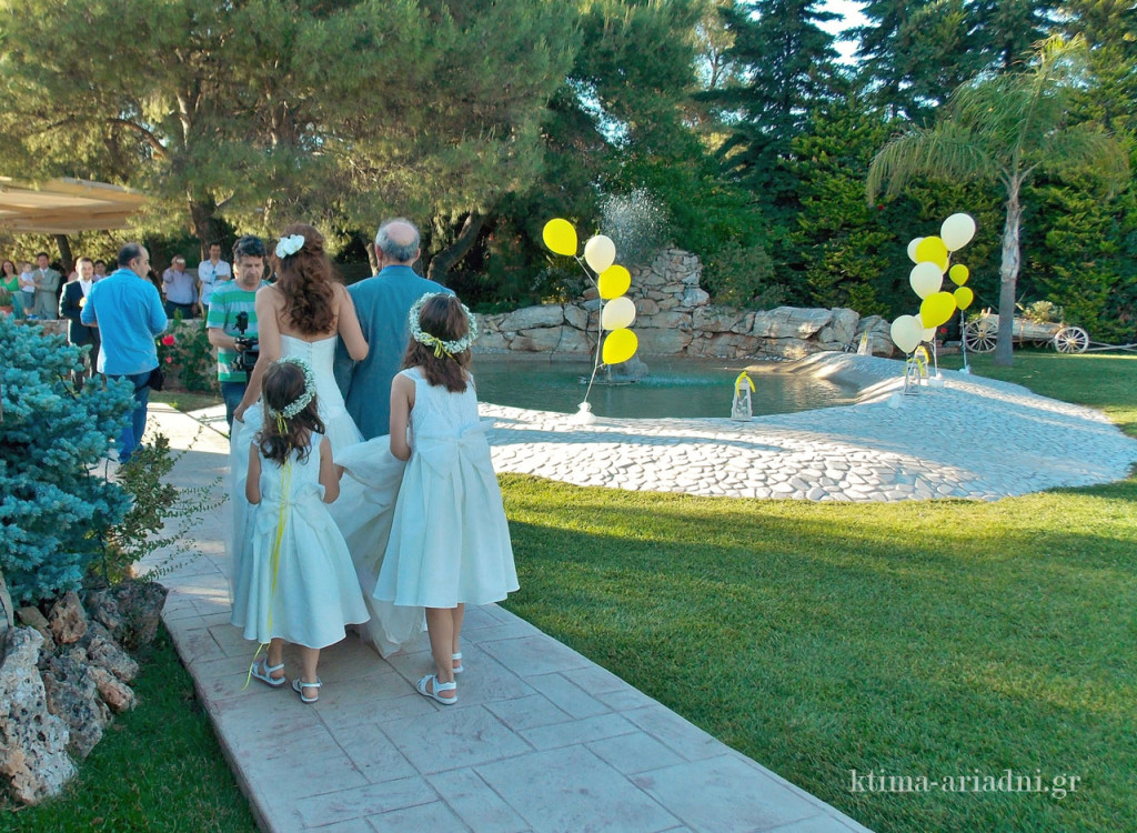 Άφιξη της νύφης στο κτήμα Αριάδνη την οποία συνοδεύει ο πατέρας της