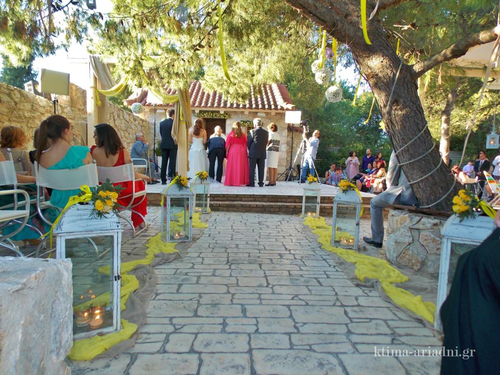 Ο γάμος της Πηνελόπης και του Βασίλη έγινε στο εκκλησάκι του Αγ. Γεωργίου στο κτήμα Αριάδνη στη Βαρυμπόμπη