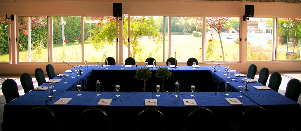 Η αίθουσα Κνωσσός διαμορφωμένη για corporate meeting