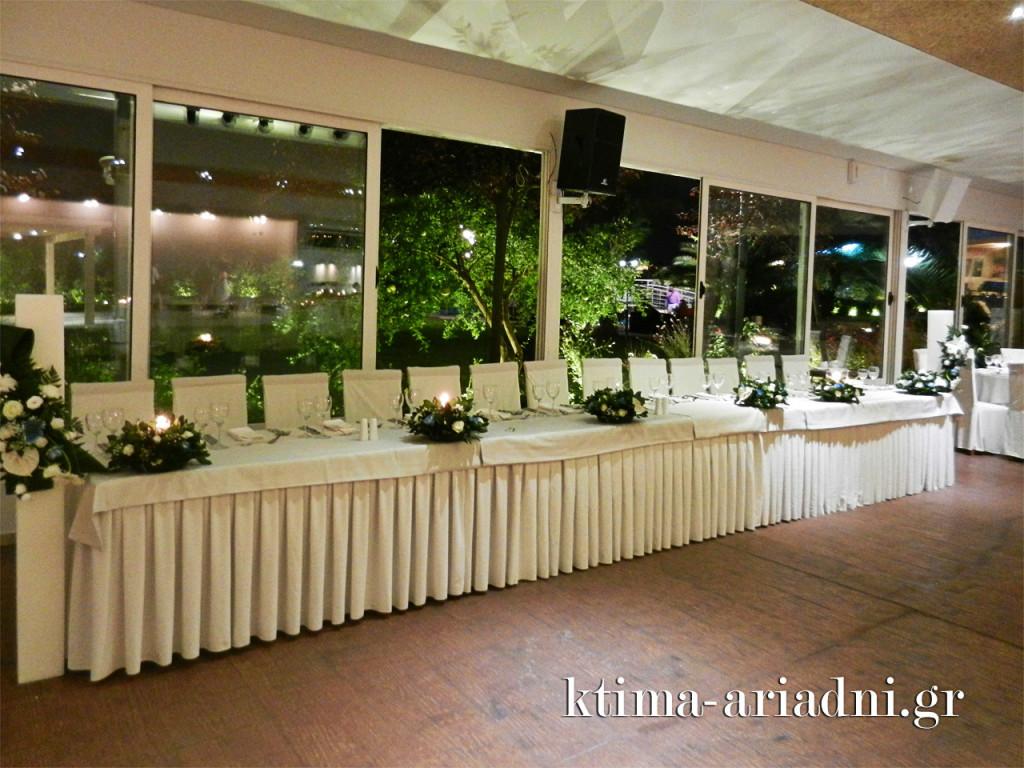 Το νυφικό τραπέζι στρώνεται συνήθως στην πλευρά των παραθύρων, πλάι στον κήπο του κτήματος