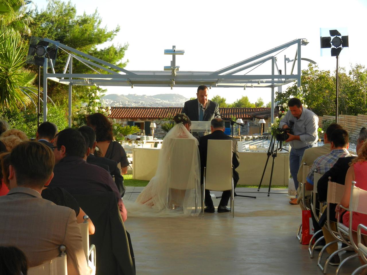 Γάμος στο Ακαλλίς και οι καλεσμένοι παρακολουθούν στις θέσεις τους