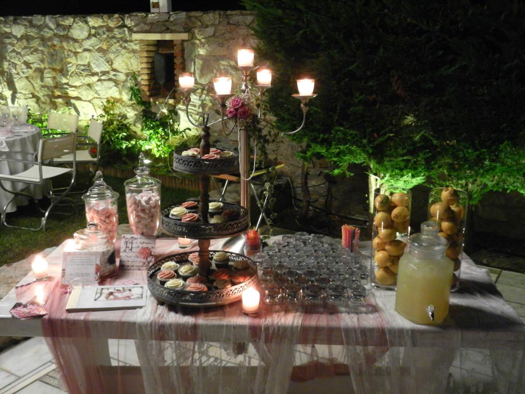Ρομαντικό τραπέζι ευχών με σπιτική λεμονάδα σε γυάλα με βρυσάκι