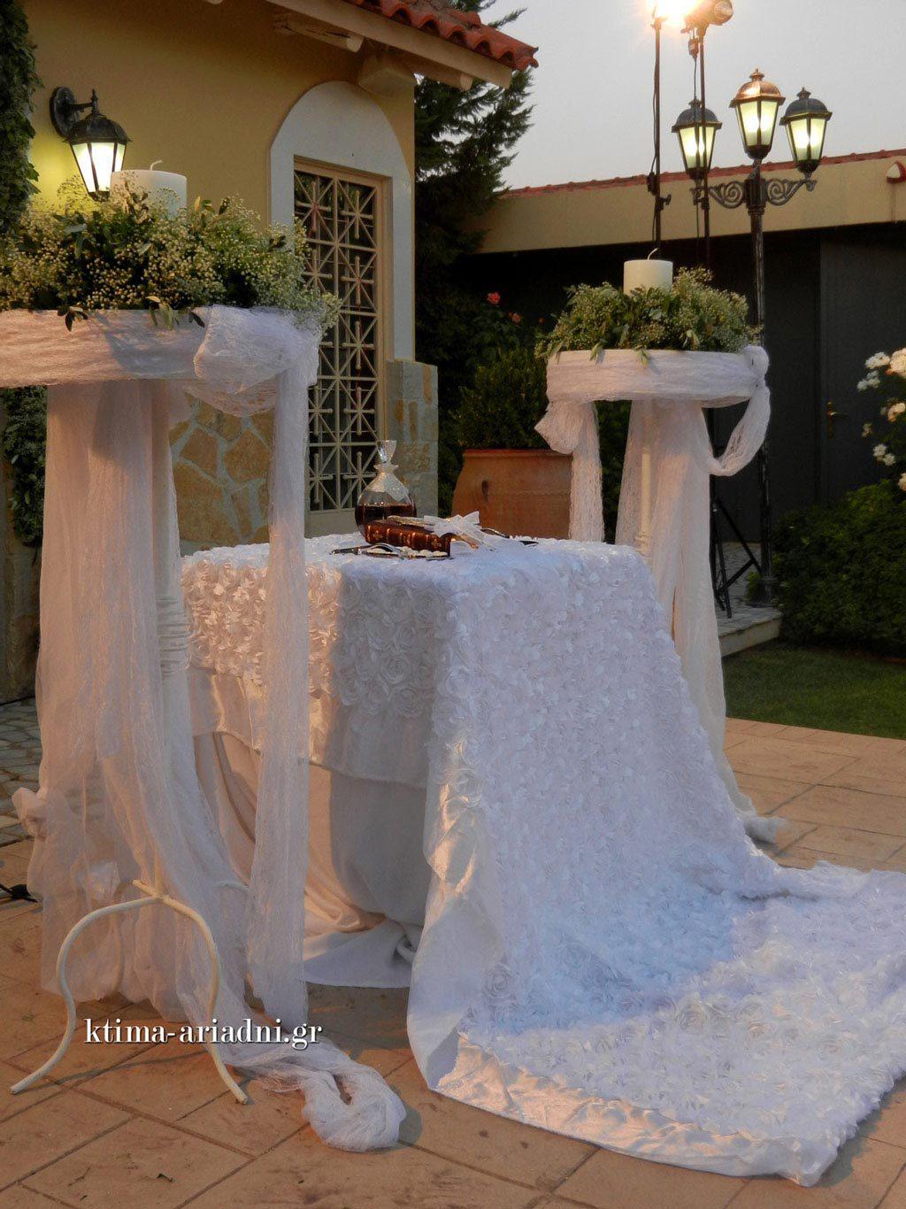 Στην εκκλησία του Αγ. Γεωργίου διαθέτουμε όλα τα απαραίτητα εκκλησιαστικά είδη και κάθε άλλο αντικείμενο που απαιτείται για τα μυστήρια του γάμου και της βάπτισης. Βεβαίως, κάθε ζευγάρι είναι ελεύθερο να κάνει τις δικές του επιλογές, όπως για παράδειγμα να χρησιμοποιήσει κάποιο ιδιαίτερο κάλυμμα για το τραπέζι της εκκλησίας