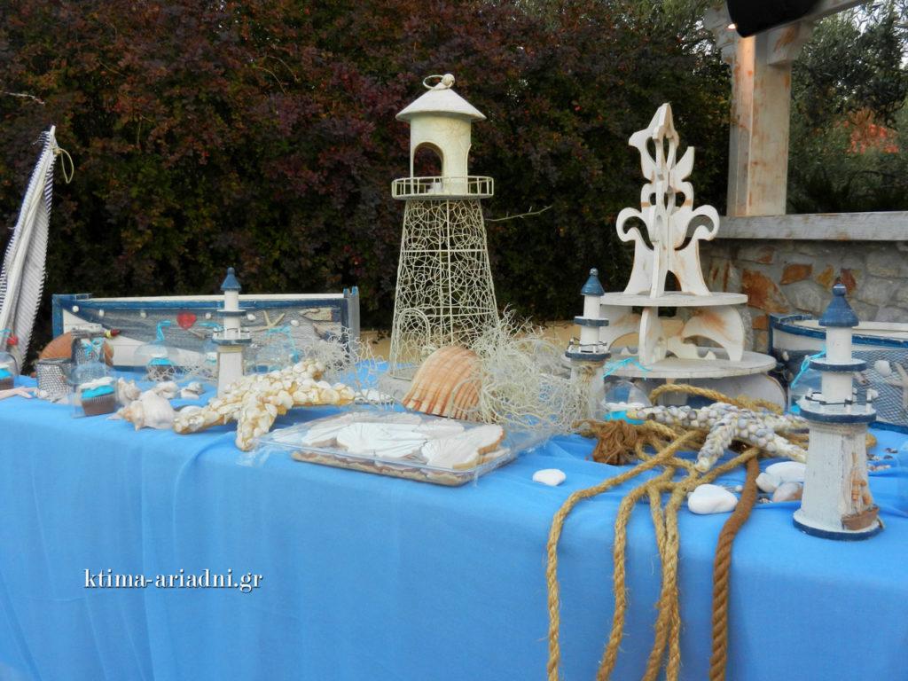 Με καλοκαιρινό θέμα και το τραπέζι ευχών για τη βάπτιση, γεμάτο με διάφορα γλυκίσματα