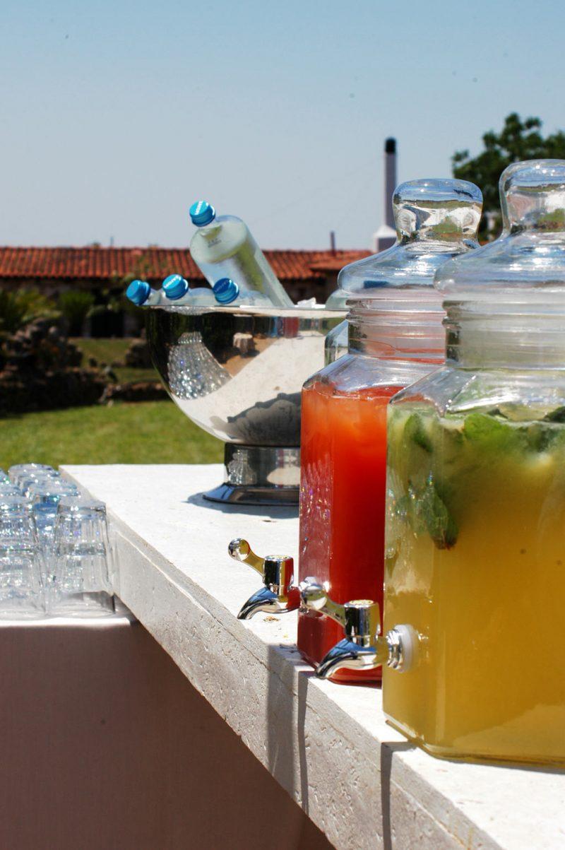 Δροσιστικά ποτά σε γυάλες με βρυσάκι για το καλωσόρισμα των καλεσμένων