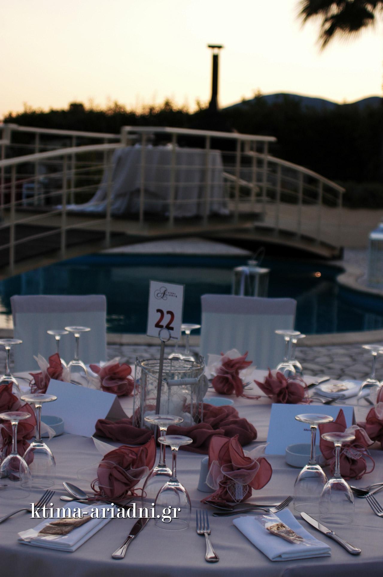 Δεξίωση γάμου στο κτήμα Αριάδνη δίπλα στην πισίνα
