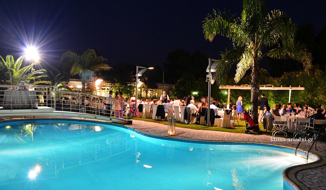 Καλοκαιρινός γάμος στο κτήμα Αριάδνη στην Βαρυμπόμπη, στον χώρο Κνωσσός, πλάι στην πισίνα