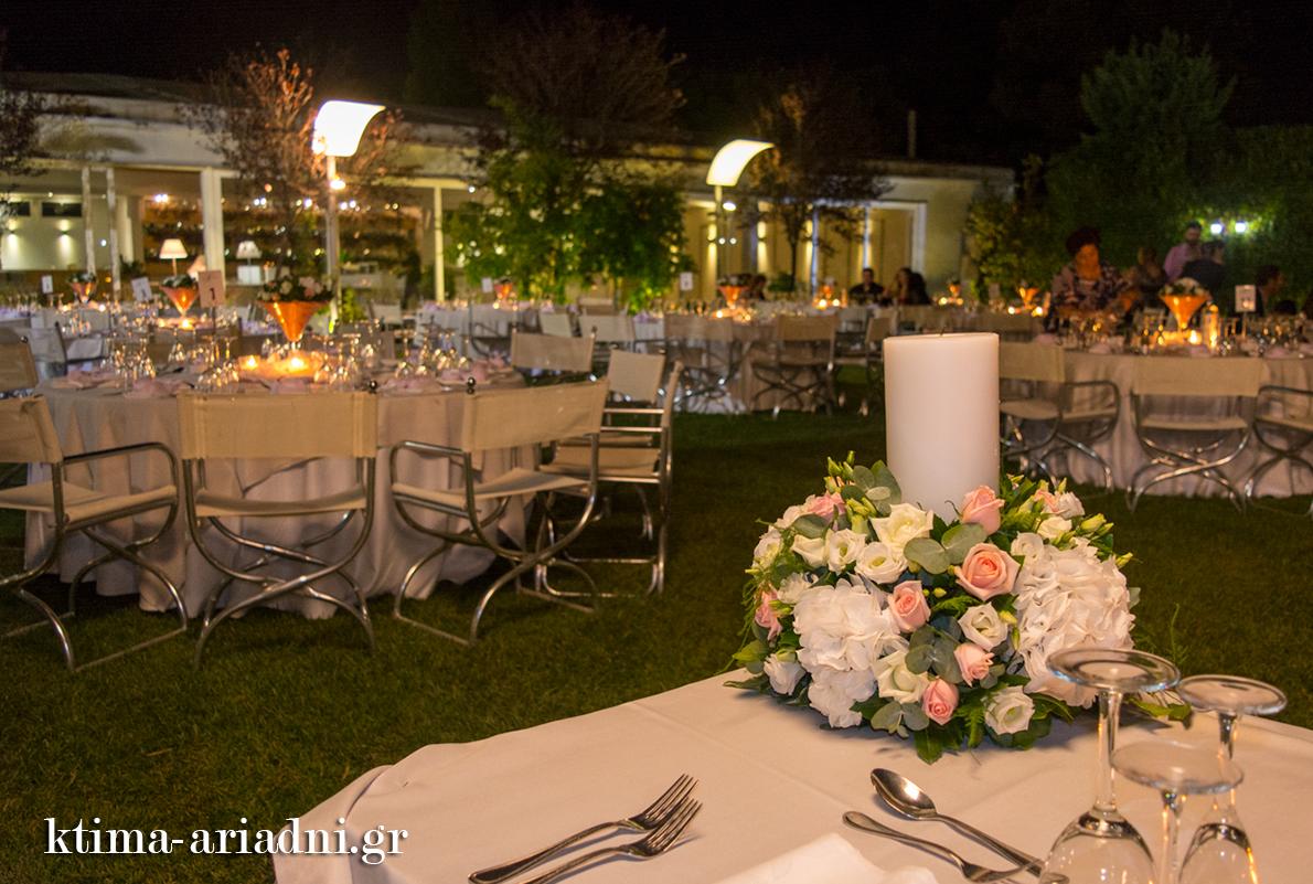 Οι λαμπάδες γάμου στολίζουν το νυφικό τραπέζι μετά το μυστήριο του γάμου