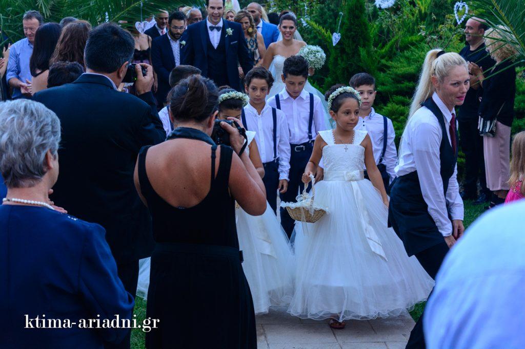 Ο γαμπρός και η νύφη κατευθύνονται στην εκκλησία