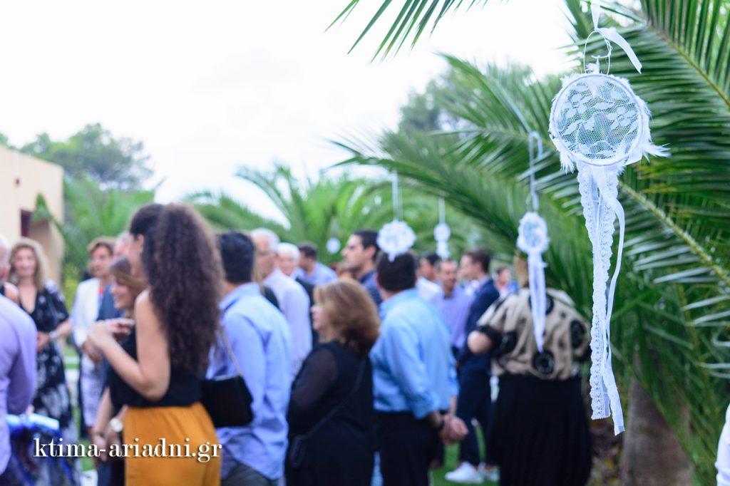 Οι καλεσμένοι έξω από το εκκλησάκι εν αναμονή της άφιξης της νύφης