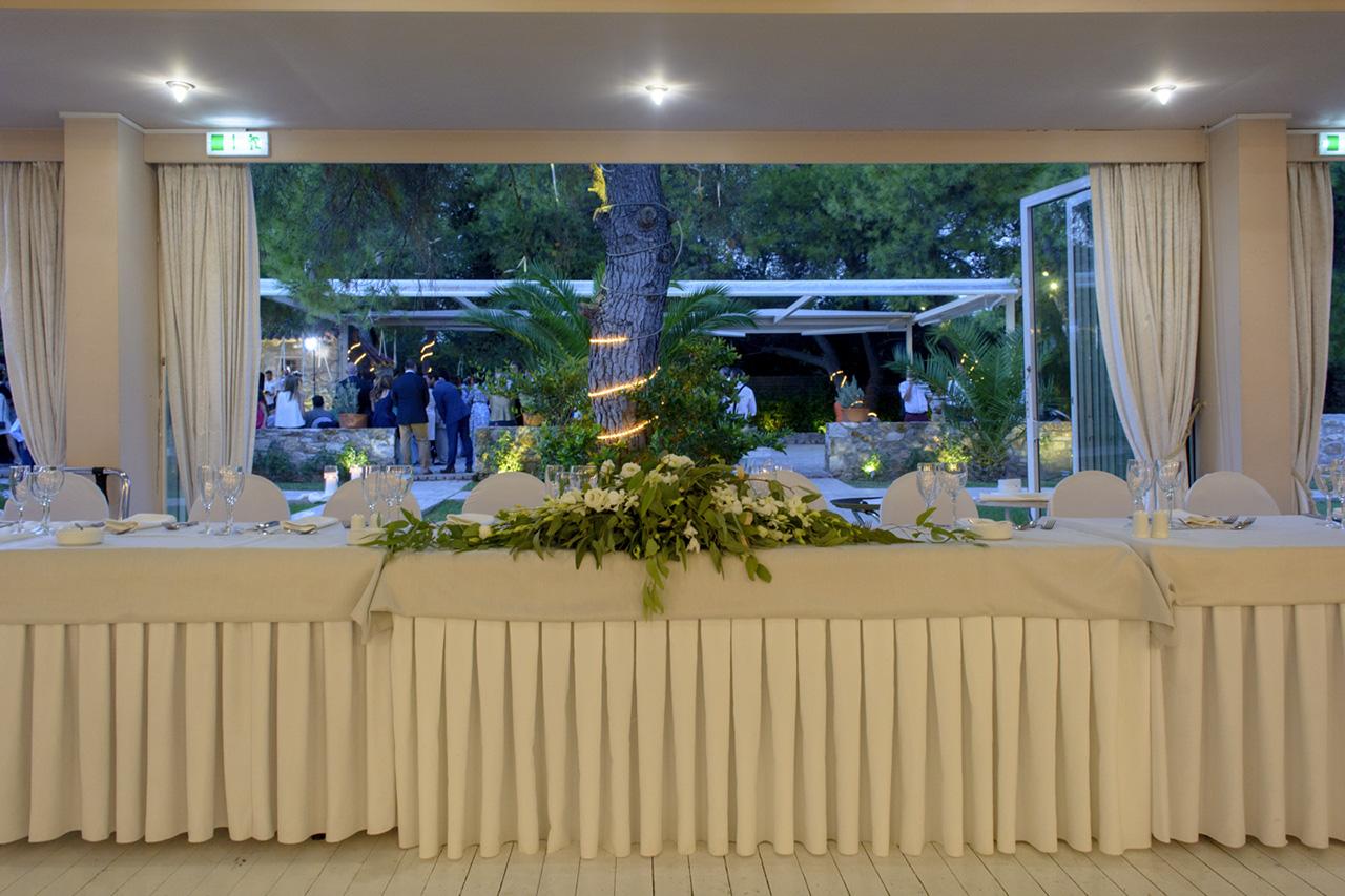 Το νυφικό τραπέζι και στο βάθος το εκκλησάκι, όπου γίνεται το μυστήριο του γάμου