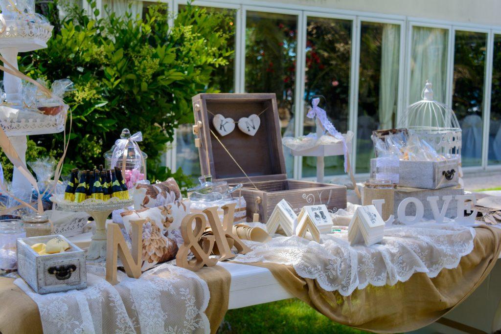 42a6abd76bb3 Τραπέζι ευχών γάμου στο Κτήμα Αριάδνη με αψίδα λουλουδιών