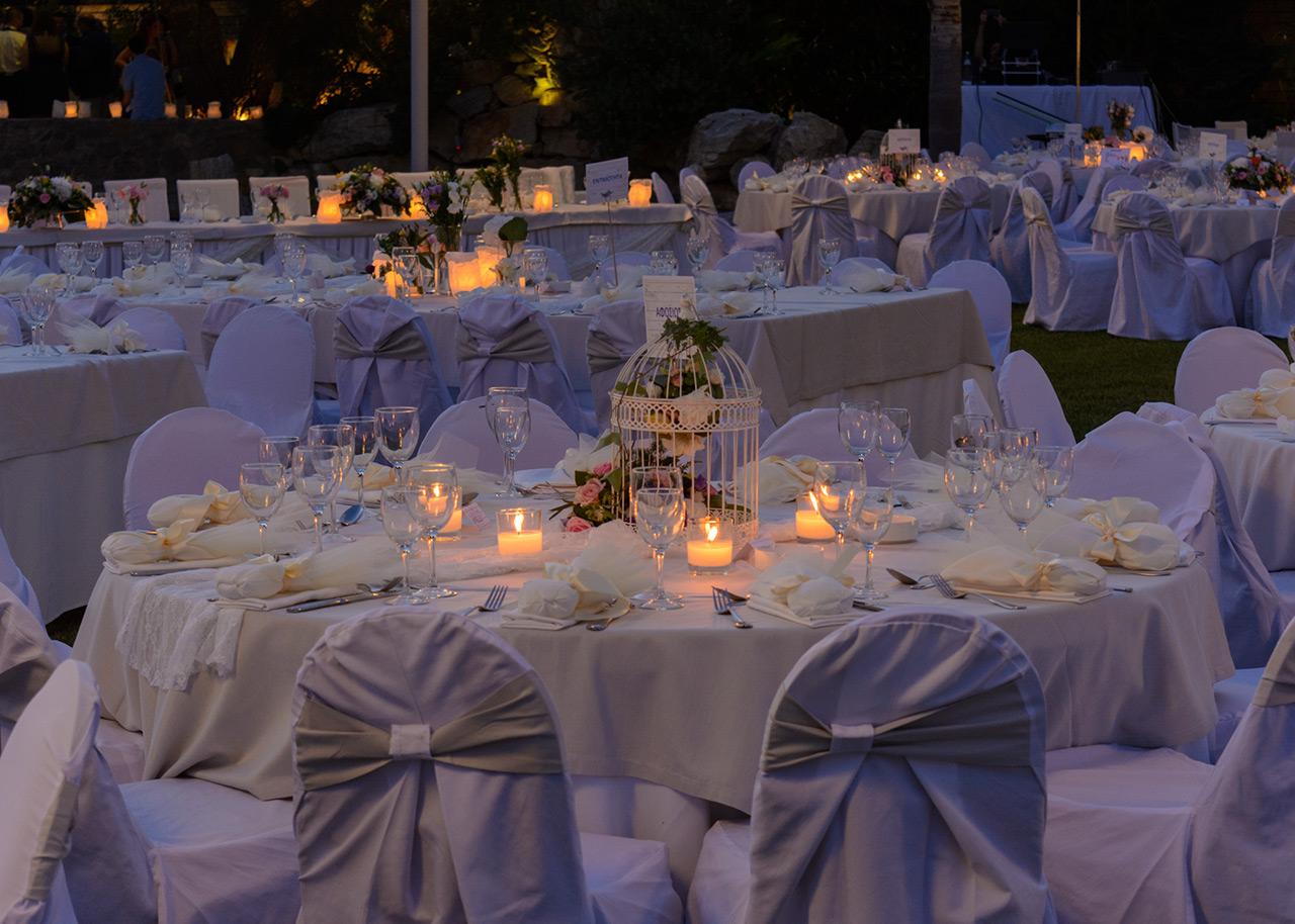 Παραμυθένιος γάμος στολισμένος με λουλούδια και χάρτινα φαναράκια
