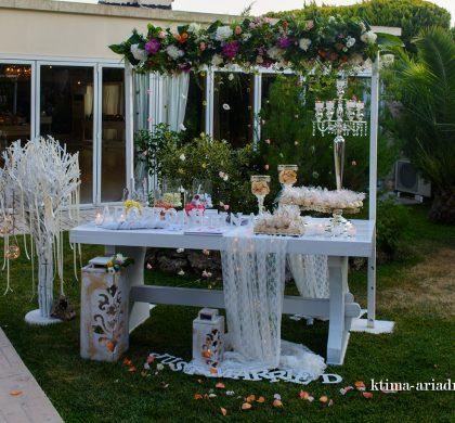 Τραπέζι ευχών γάμου στο Κτήμα Αριάδνη με αψίδα λουλουδιών