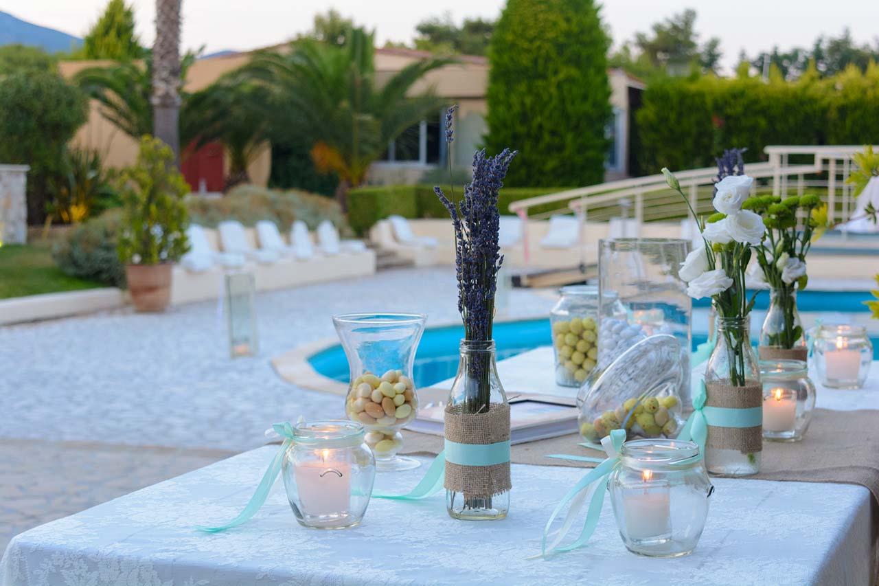 Δεξίωση γάμου δίπλα στην πισίνα, με τη φρεσκάδα της λεβάντας και του χαμομηλιού.