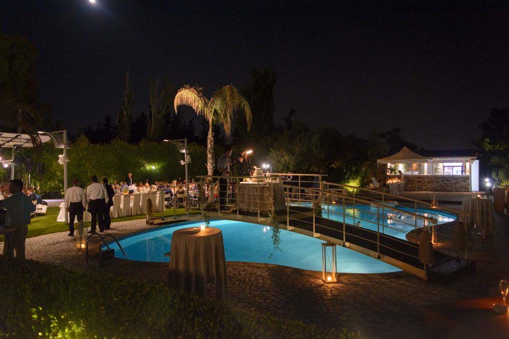 Άποψη της φωτισμένης πισίνας στο Κτήμα Αριάδνη