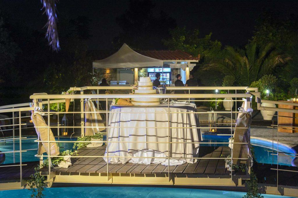 Η τούρτα γάμου θα κοπεί πάνω από την πισίνα αμέσως μετά την είσοδο του ζευγαριού
