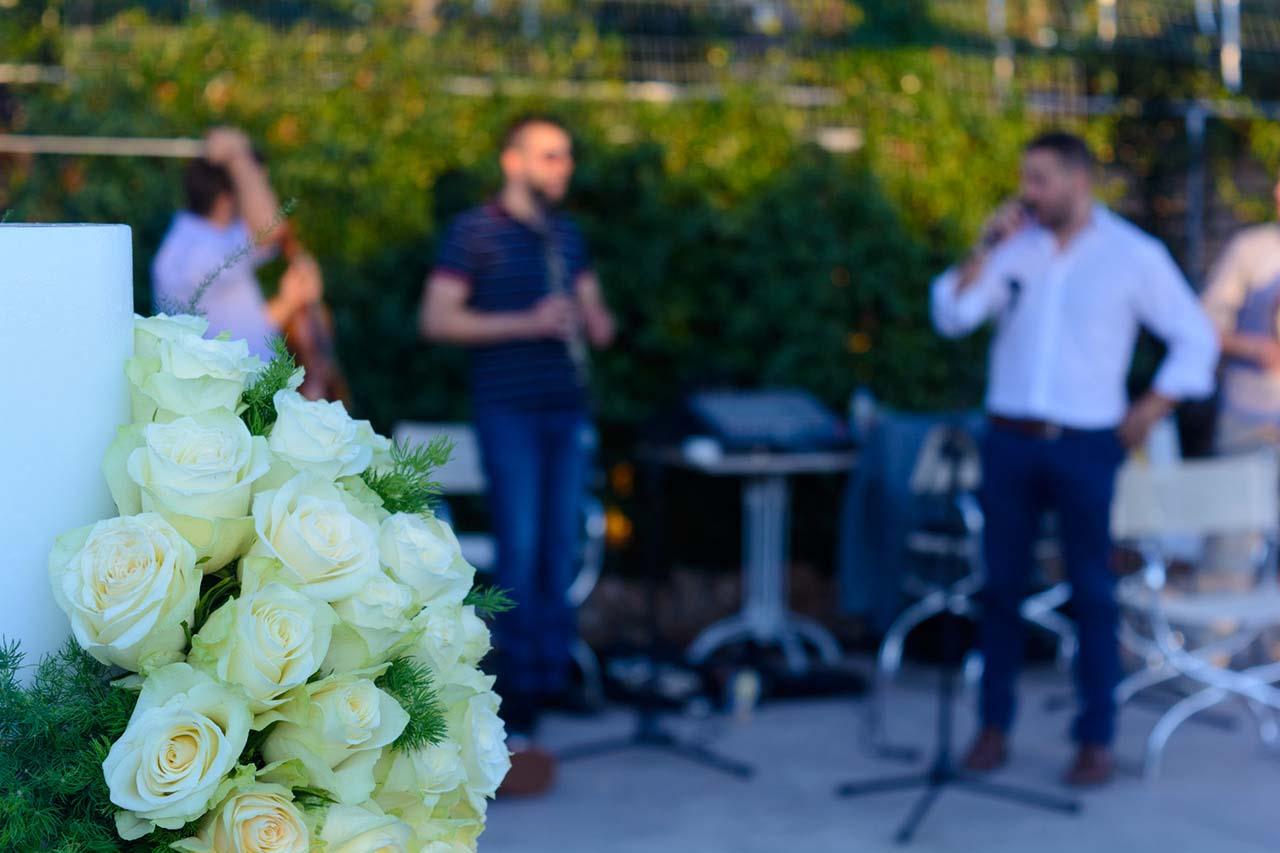 Στιγμιότυπο από την πρόβα του τραγουδιστή και της ορχήστρας