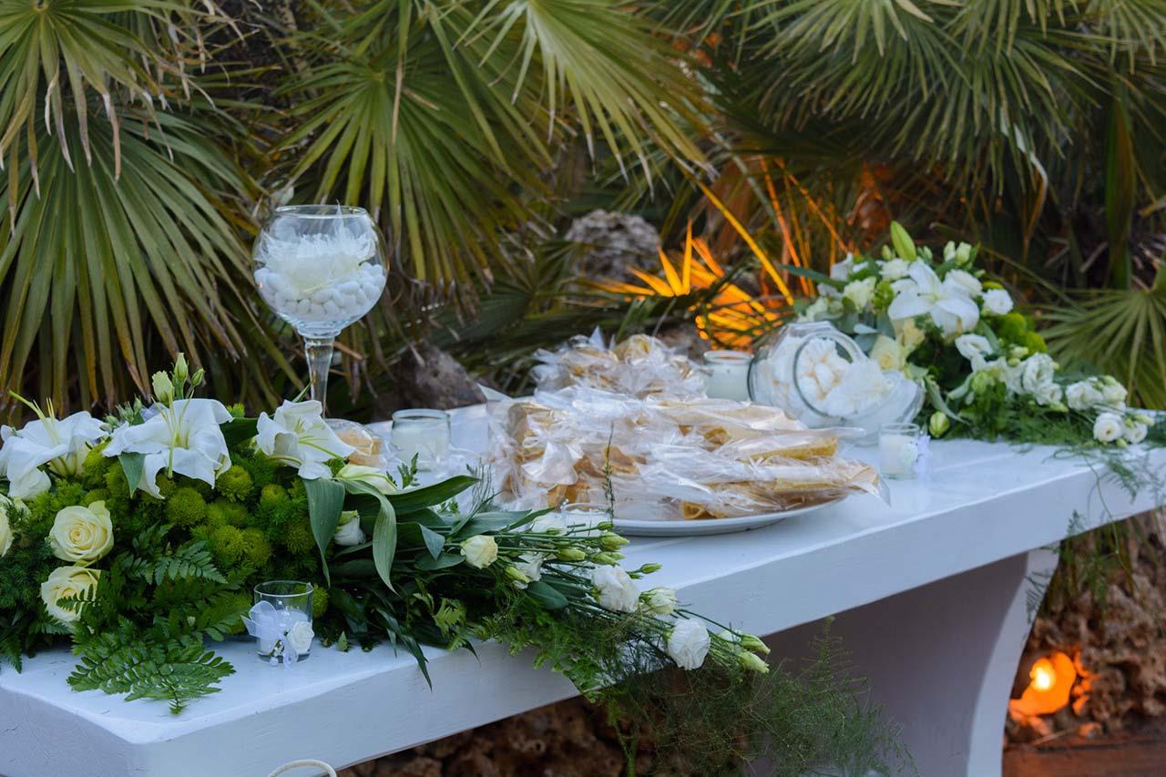 Τραπέζι υποδοχής με δίπλες για το καλωσόρισμα
