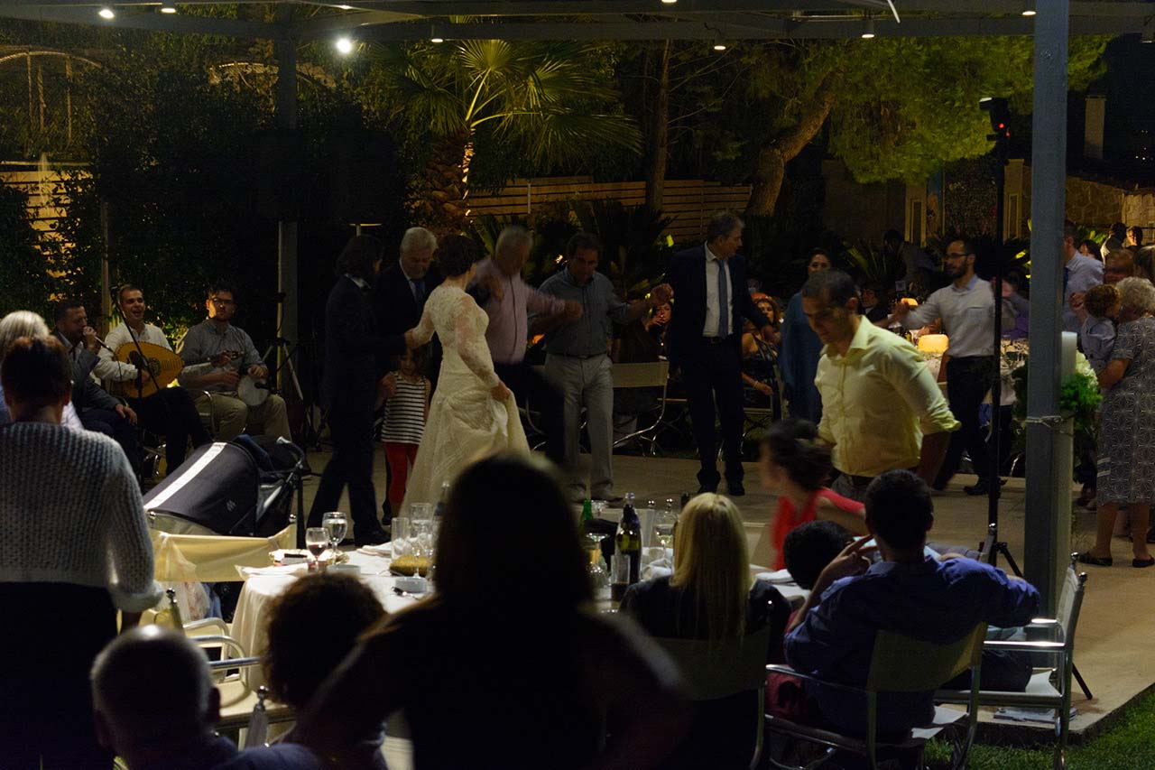 Η νύφη άνοιξε τον χορό