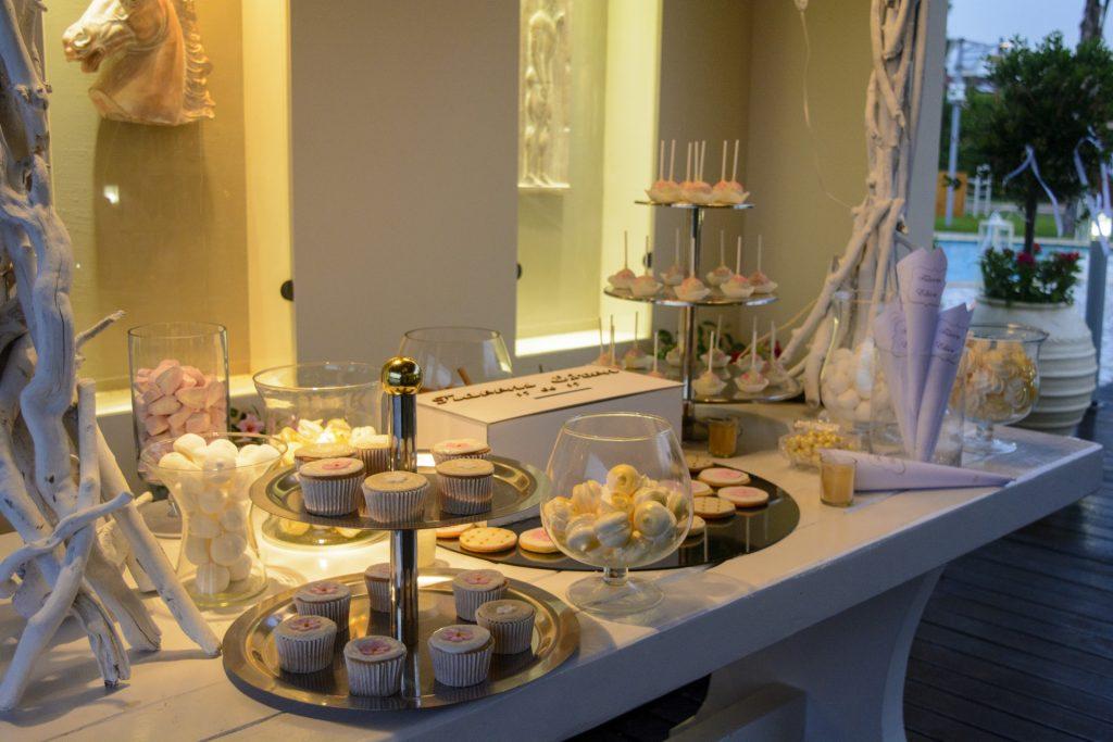 τραπέζι ευχών γεμάτο γλυκίσματα και κεράσματα για τους καλεσμένους