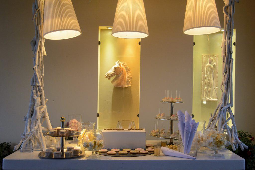 τραπέζι ευχών και candybar μαζί για το καλωσόρισμα των καλεσμένων