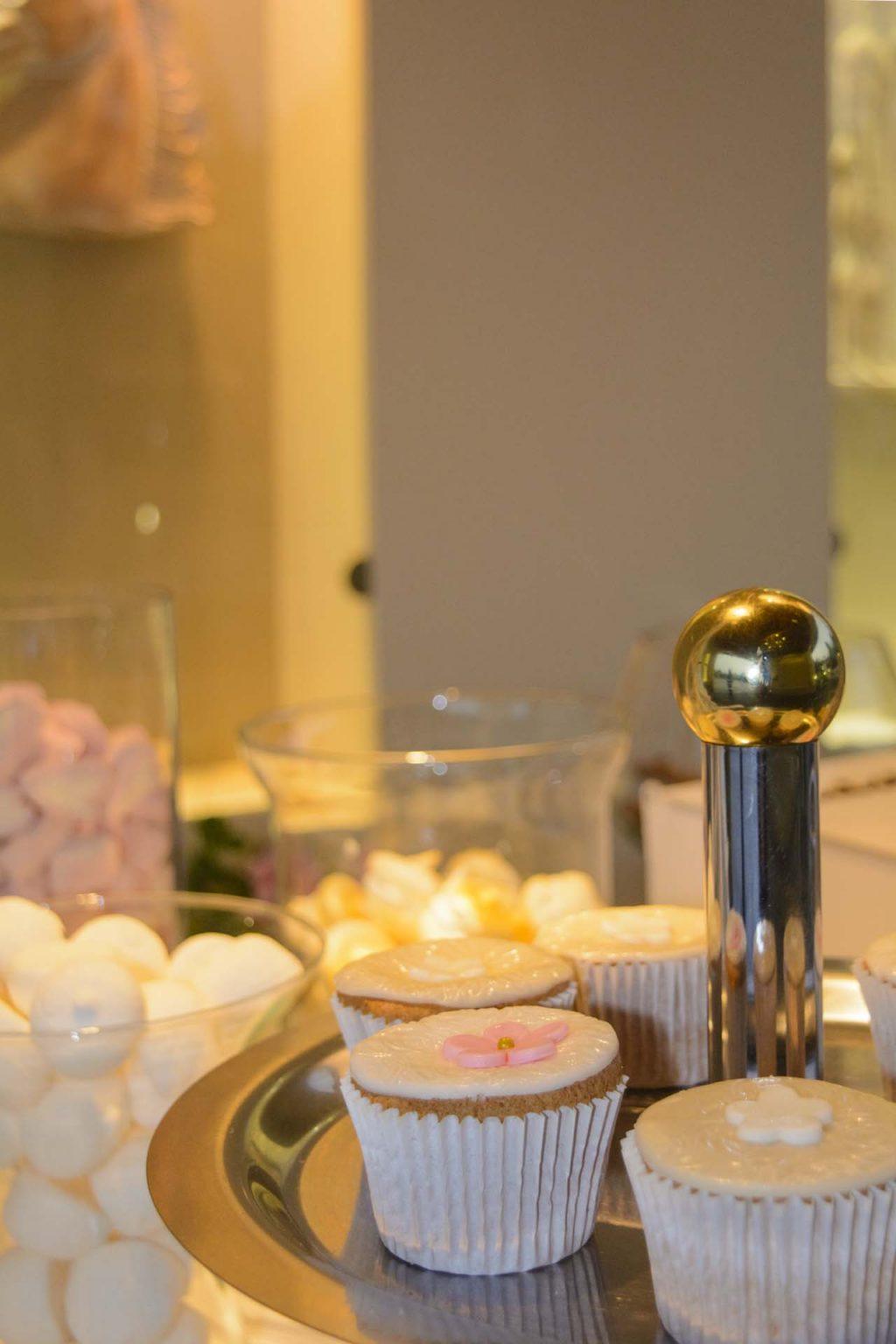 γαμήλια cupcakes για το τραπέζι υποδοχής