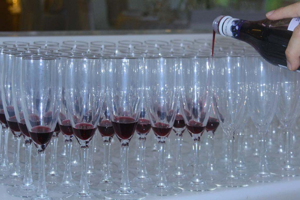 Προετοιμάζοντας τα ποτά υποδοχής για τους καλεσμένους