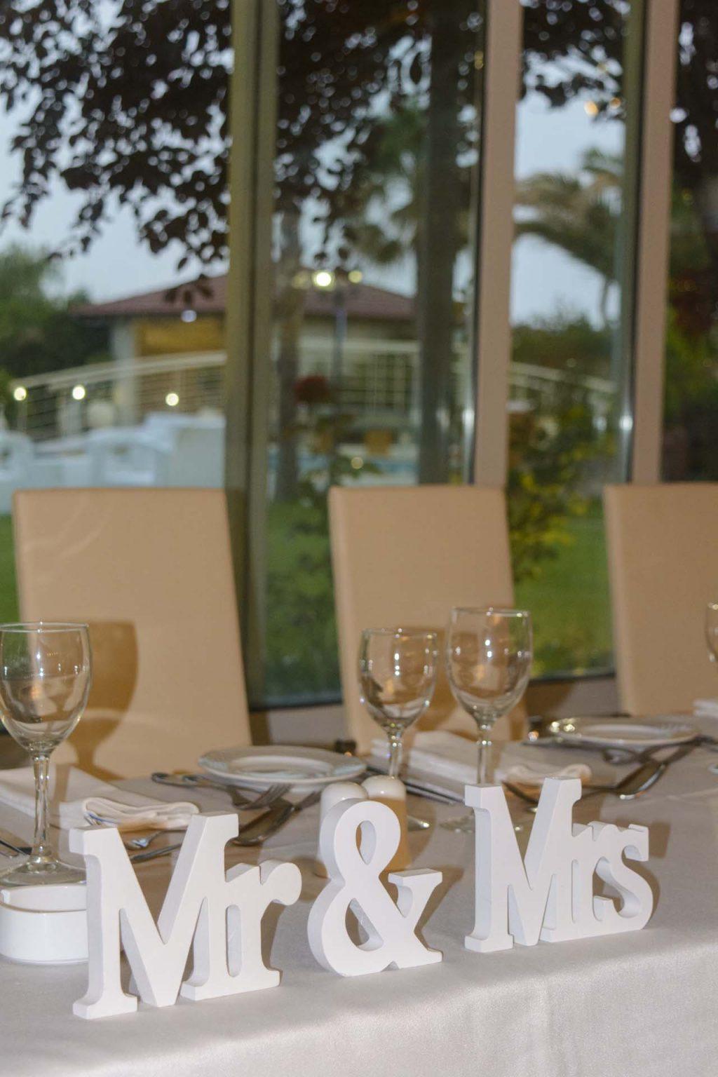 Νυφικό τραπέζι στην αίθουσα Κνωσσός στο κτήμα Αριάδνη με θέμα την πισίνα