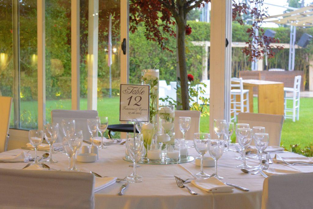 Στολισμένο τραπέζι στην αίθουσα με φόντο τον κήπο