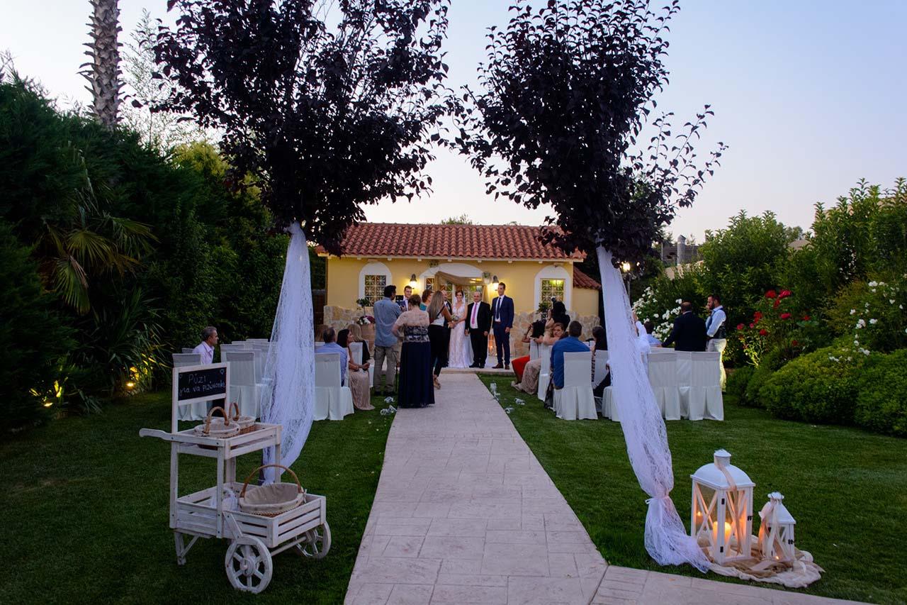 Γάμος και δεξίωση με φανάρια, δαντέλες και υφάσματα στο χρώμα της άμμου