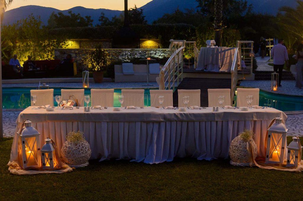 Το νυφικό τραπέζι μπροστά από την πισίνα