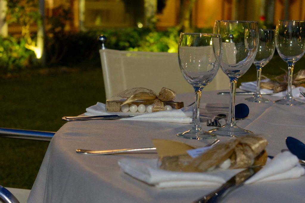 Οι μπομπονιέρες δοκιμαστικοί σωλήνες στολίζουν το τραπέζι