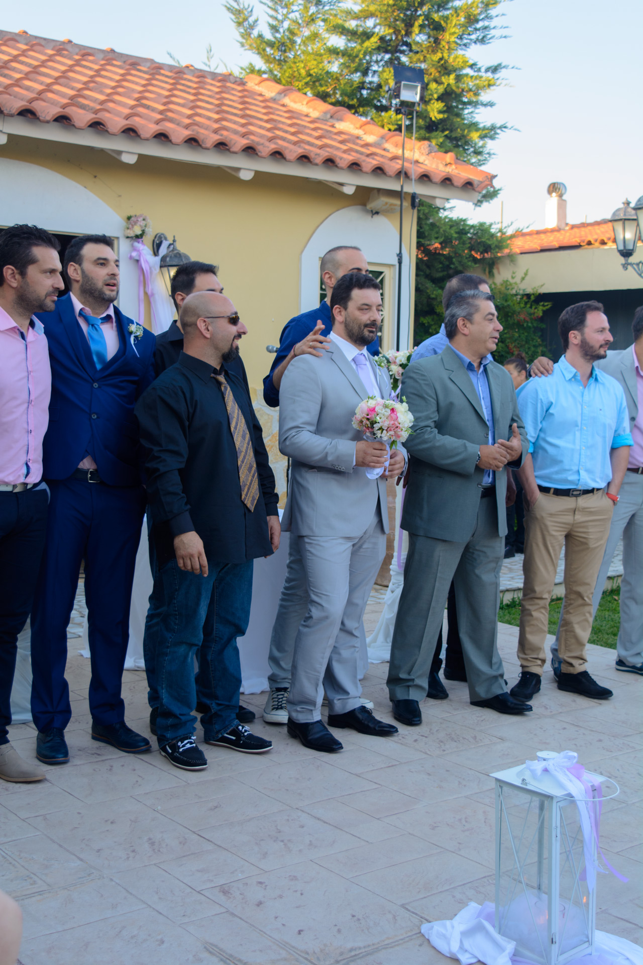 Ο γαμπρός κρατά την ανθοδέσμη και περιμένει τη νύφη