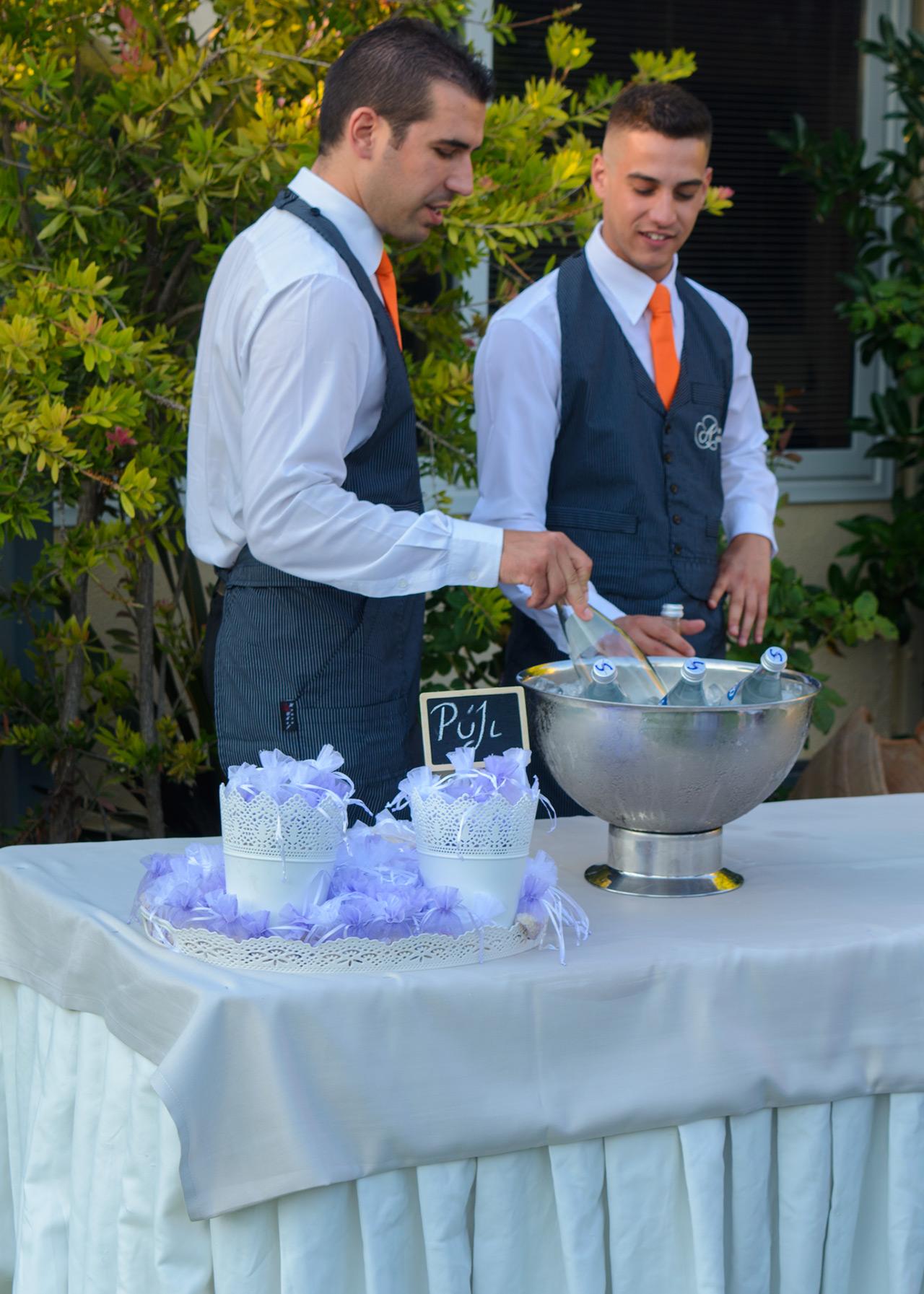Το προσωπικό του κτήματος σερβίρει κρύο νερό στους καλεσμένους του γάμου