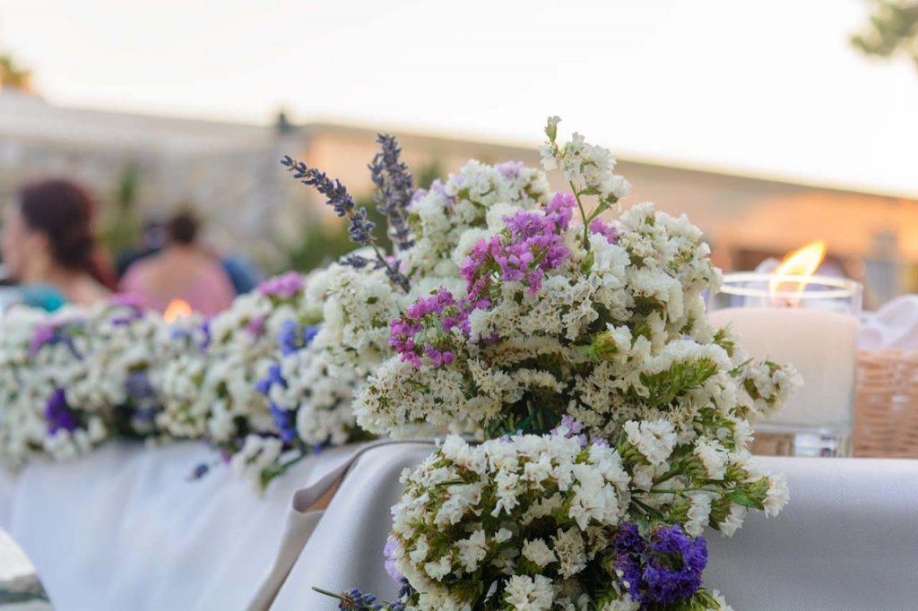 μπουκετάκια με φρέσκα λουλούδια στολίζουν και το νυφικό τραπέζι