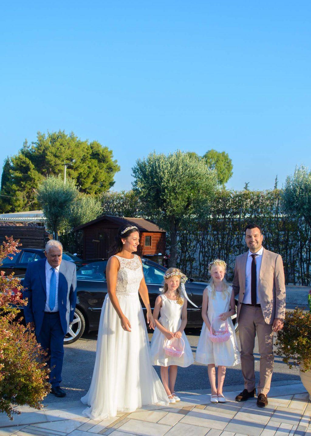 λίγο πριν οι άντρες της οικογένειας παραδώσουν τη νύφη στον μέλλοντα σύζυγό της
