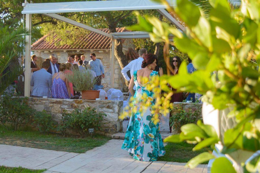 Ο γάμος έγινε στο πλακόστρωτο δίπλα στο συντριβάνι του χώρου Φαιστός