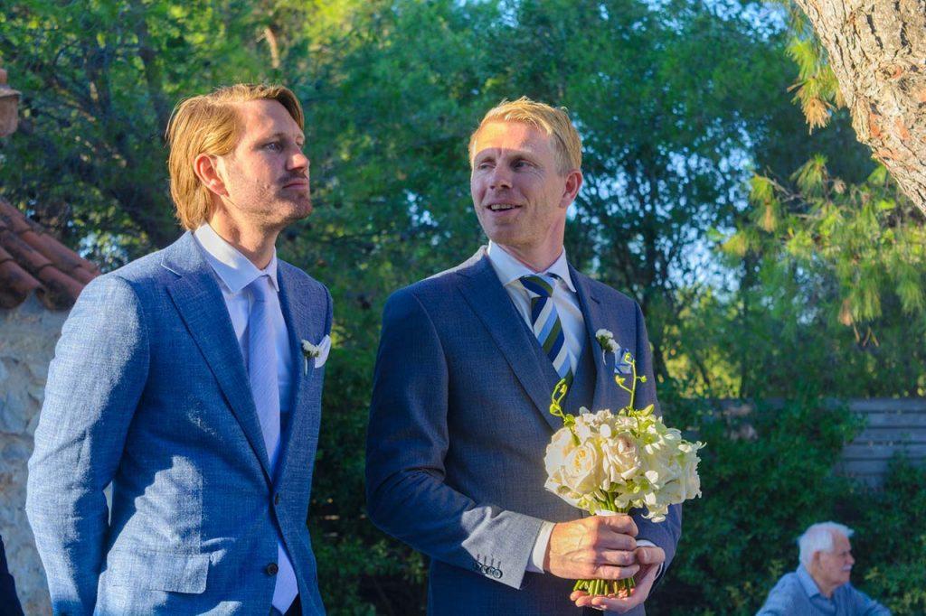 Ο κουμπάρος και ο γαμπρός αναμένουν τη νύφη