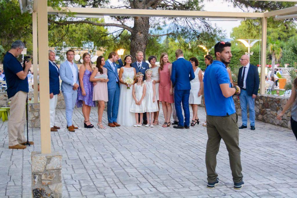 Οι συγγενείς του ζευγαριού έχουν λάβει τις θέσεις τους για την αναμνηστική γαμήλια φωτογραφία