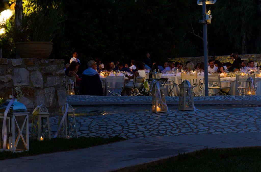 τα κεριά στα φανάρια ανάβουν και το σκηνικό γίνεται άκρως ρομαντικό
