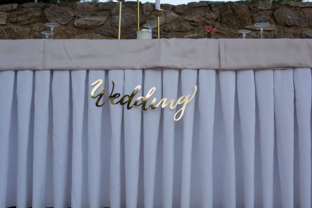Λεπτομέρεια από το νυφικό τραπέζι golden chic wedding