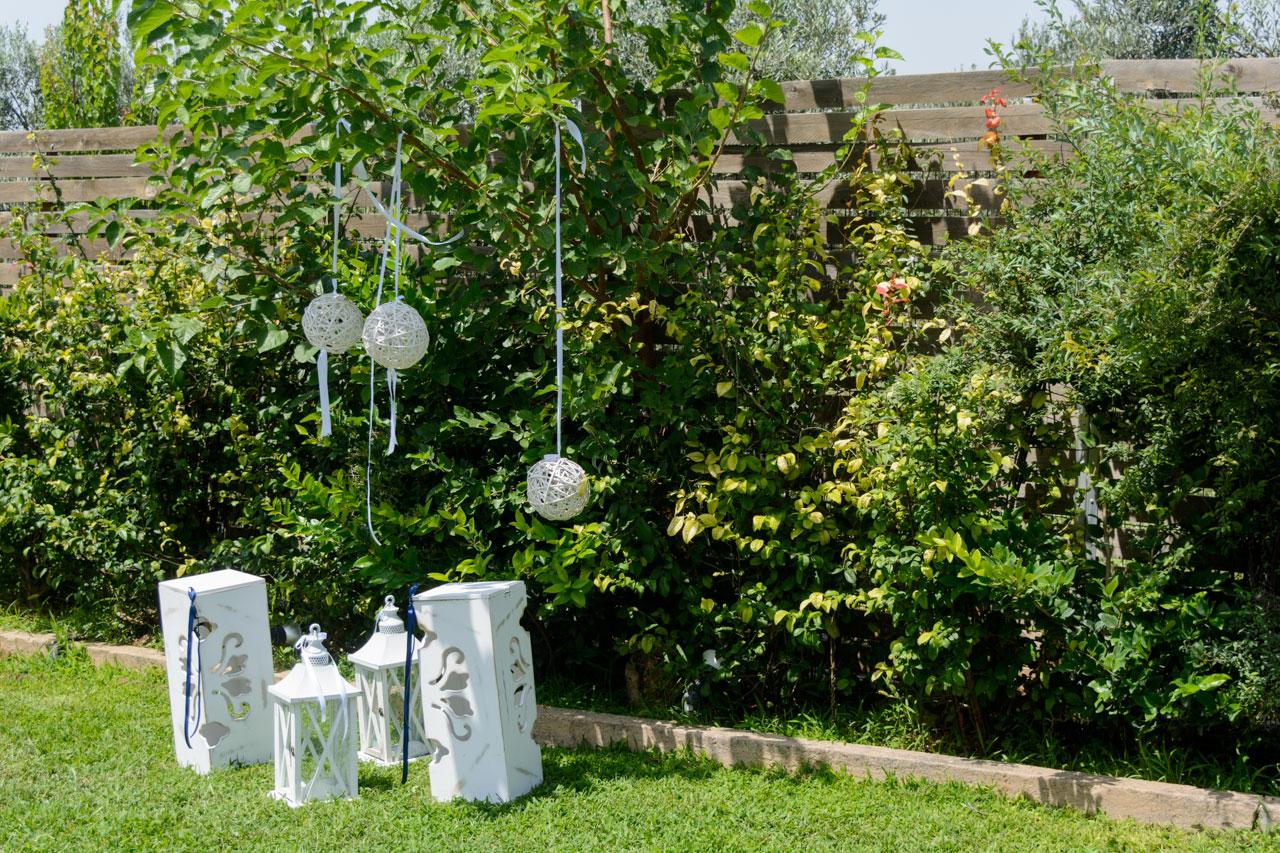 Μέσα στο ζωηρό πράσινο του κήπου αναδεικνύονται όλα τα λευκά στοιχεία του στολισμού
