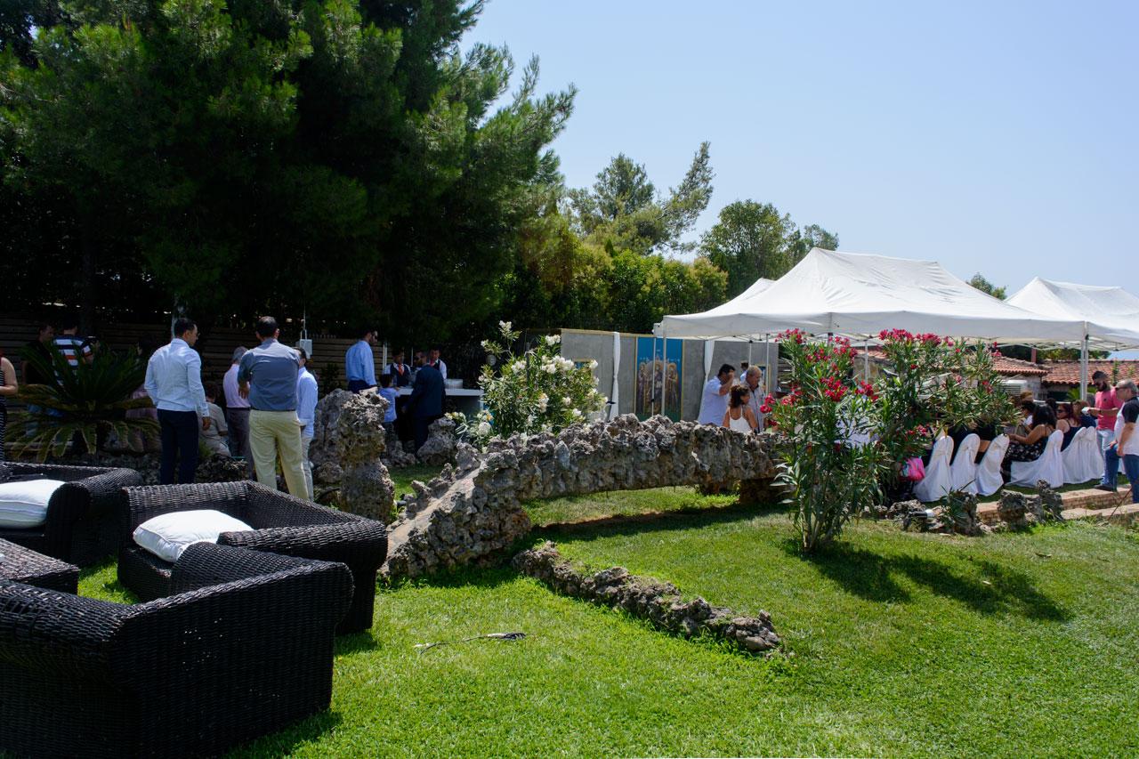 Οι καλεσμένοι αναμένουν να ξεκινήσει το μυστήριο και συνομιλούν στους κήπους