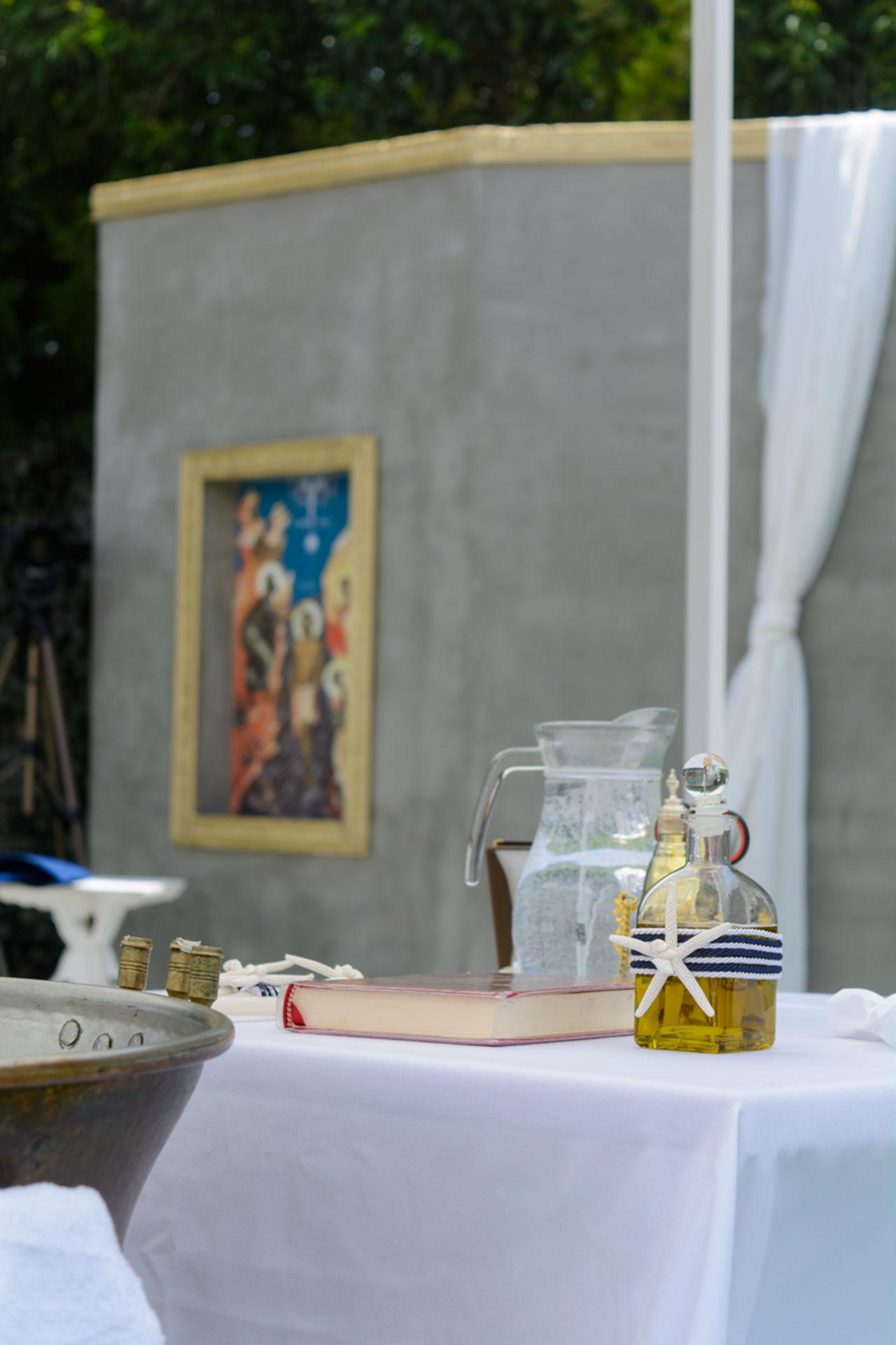 Ναυτικό θέμα και στα υπόλοιπα στοιχεία της βάπτισης όπως το μπουκάλι με το λάδι