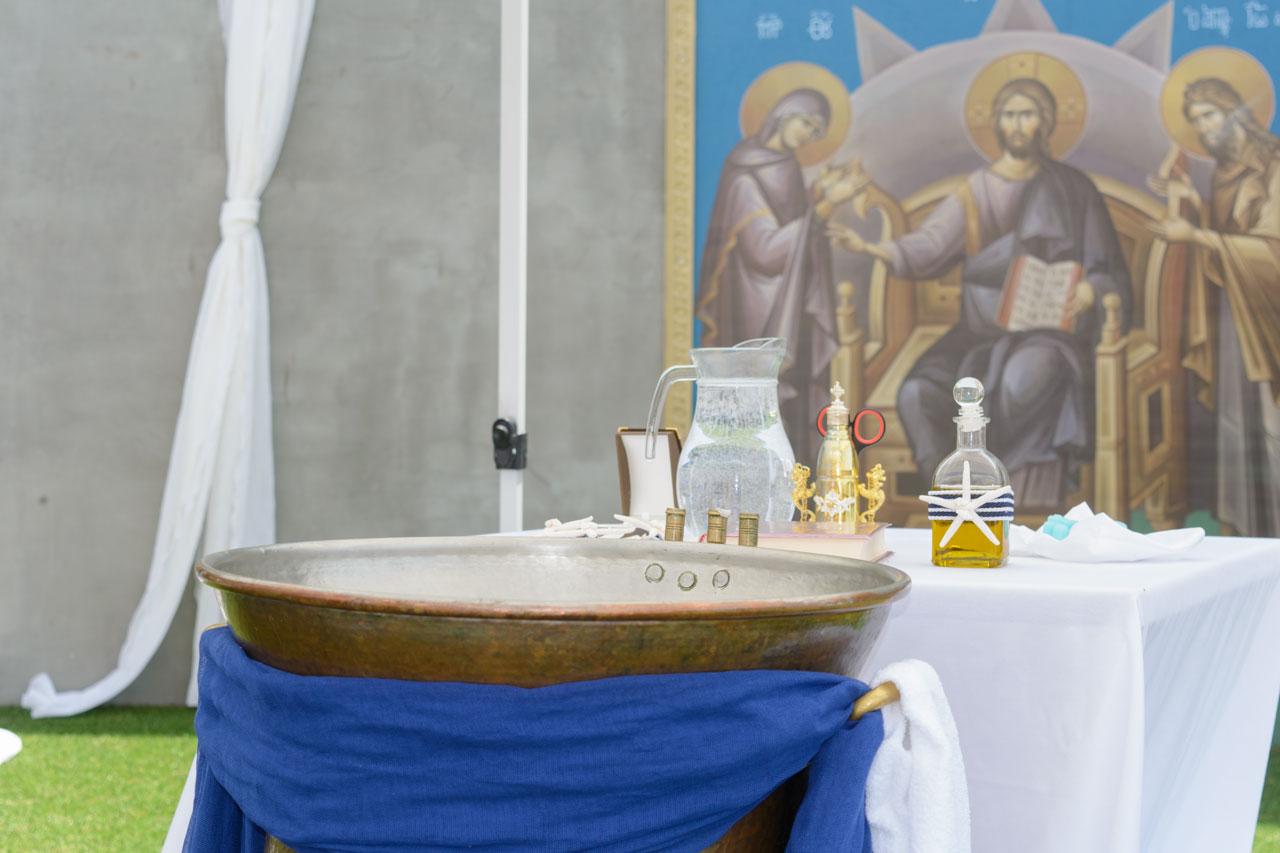 Η κολυμπήθρα στολίστηκε λιτά στα κυρίαρχα χρώματα, λευκό και μπλε